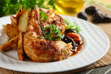 Pieczony kurczak z bakaliami