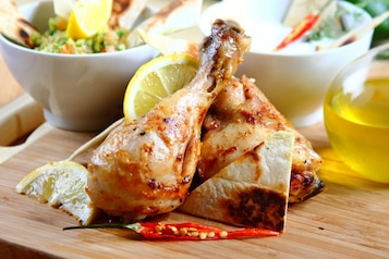 Pieczony kurczak z salsą guacamole