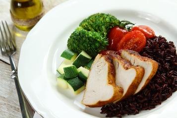 Pierś z indyka z gotowanymi warzywami, pieczonym pomidorem i brązowym ryżem