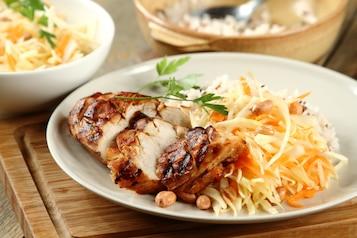 Pierś z kurczaka cytrynowo-miodowa, ryż 3 kolory, surówka z białej kapusty