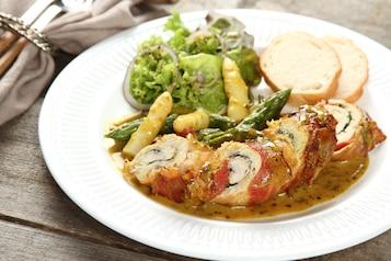 Piersi z kurczaka z boczkiem oraz zielonymi i białymi szparagami w kremowym sosie