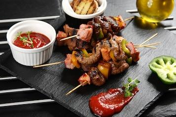 Pikantne szaszłyki z wołowiną i warzywami
