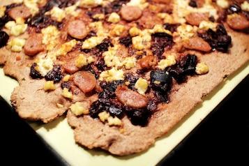 Pizza z chutneyem porzeczkowym, kozim serem, kiełbasa i tymiankiem