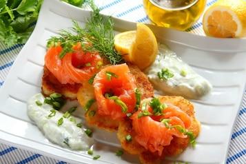 Placki z sosem tzatziki i wędzonym łososiem