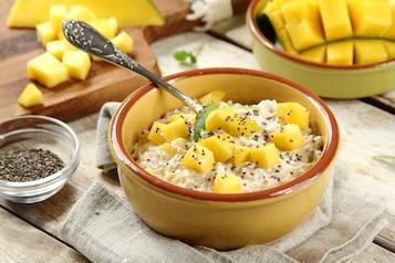 Płatki owsiane z jogurtem i mango, posypane nasionami chia