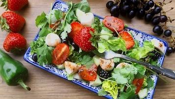 Sałatka z owocami i kulkami mozzarelli