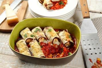 Roladki z bakłażana z łososiem zapiekane na warzywnym ragout