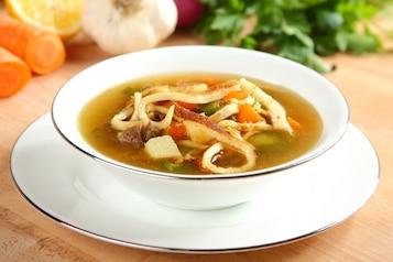 Rosół z warzywami podawany z naleśnikami z parmezanu - VIDEO