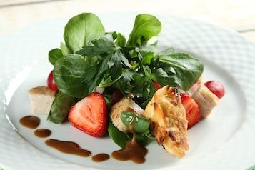 Roszponka z indykiem, truskawkami i serem pleśniowym w migdałach