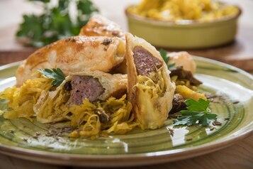 Ruloniki francuskie z białą kiełbasą, kapustą kiszoną i curry