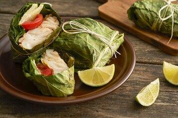 Ryba z rusztu w liściach chrzanu z harissą i limonką