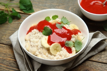 Ryż na mleku z bananem i sosem truskawkowym
