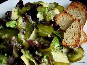Sałata dębowa z ogórkiem, serem i grzankami