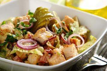 """Sałatka """"Drwala"""" z soczystym kurczakiem, kiełbasą i serem"""