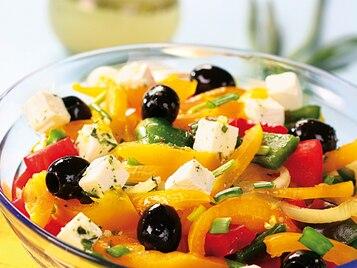Sałatka paprykowa z fetą i oliwkami