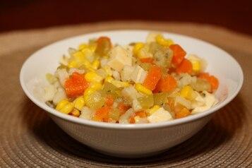 Sałatka warzywna z żółtym serem
