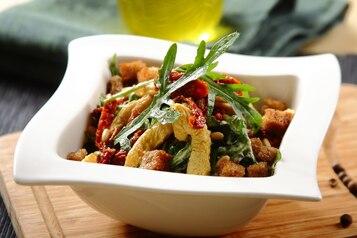 Sałatka we włoskim stylu z czosnkowym sosem