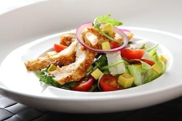 Sałatka z awokado i soczystym kurczakiem