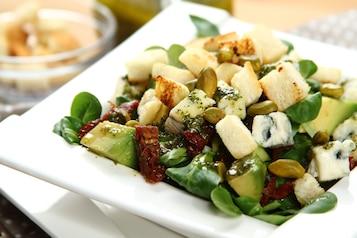 Sałatka z awokado, pistacji i sera pleśniowego