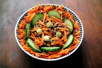 Sałatka z kaszą gryczaną, ogórkiem i marchewką