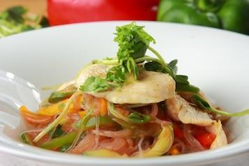Sałatka z kurczakiem i makaronem ryżowym - VIDEO