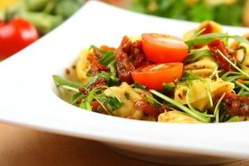 Sałatka z makaronem tortellini - VIDEO