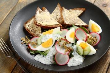 Sałatka z rzodkiewek, szczawiu, ogórka i jajek z chlebem żytnim wileńskim