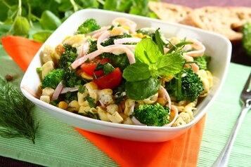 Sałatka z tortellini z brokułami i szynką