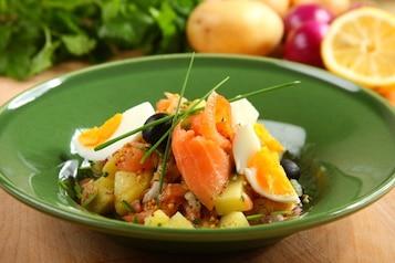 Sałatka z wędzonym łososiem i ziemniakami