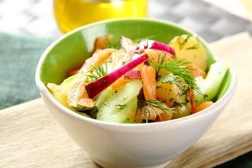 Sałatka ziemniaczana z wędzonym łososiem i czosnkiem - VIDEO