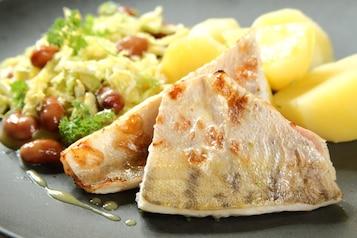 Sandacz pieczony, ziemniaki, surówka z kapusty włoskiej z czerwoną fasolą