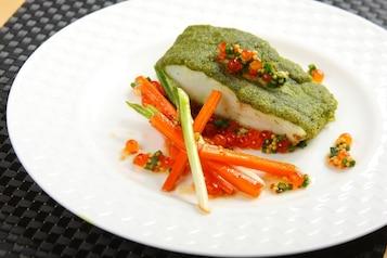 Sandacz z ziołami i glazurowaną marchewką