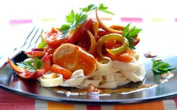 Słodko-kwaśny sos z wieprzowymi kiełbaskami