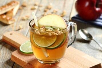 Herbata z trawą cytrynową i plastrem jabłka