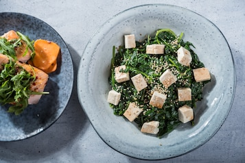 Smażony szpinak z soją, sezamem i tofu