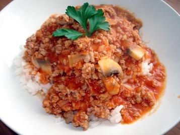 Sos pomidorowy z mięsem i pieczarkami