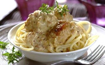 Spaghetti z klopsikami w śmietanowym sosie