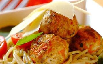 Spaghetti z kotlecikami z kurczaka