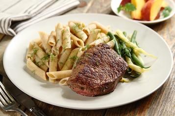 Stek, fasola szparagowa, makaron gryczany, brzoskwinia