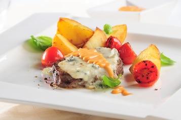Stek z polędwicy wołowej z serem gorgonzola