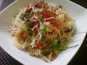 Świderki w pomidorach z szynką szwardzwaldzką i parmezanem