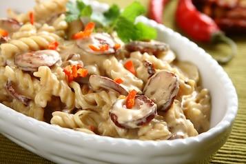 Świderki w sosie grzybowym z kiełbasą i suszonymi pomidorami