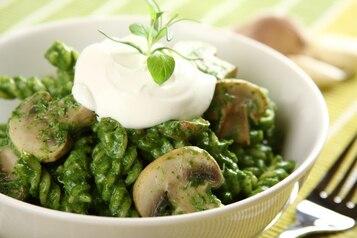 Świderki z pieczarkami w zielonym sosie