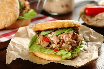 Szarpany hamburger z wieprzowiny z salsą z awokado