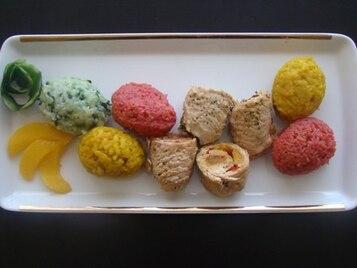 Sznycle z indyka zawinięte w towarzystwie kolorowych jajek