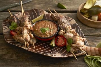 Tajskie sataye z sosem orzechowym i piklami