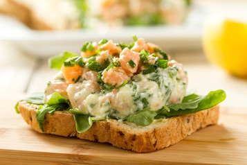 Tatar z łososia z kozim serem. Pomidor z oliwą. Tost pełnoziarnisty