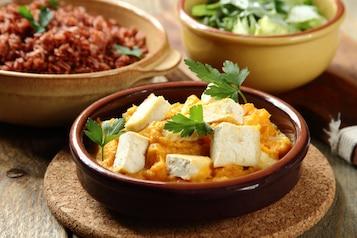 Tofu smażone z ryżem brązowym, puree z dyni i surówka z sałaty i kefiru