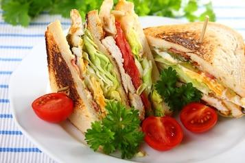 Tost z kurczakiem i jajkiem (club sandwich)
