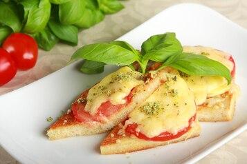 Tosty z mozzarellą i pomidorami